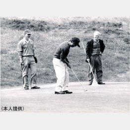 永井淳氏(中央)とアイルランドでプレーする山野辺さん」(左)