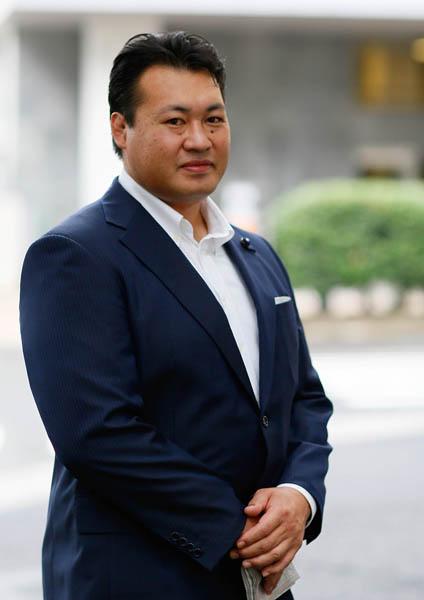 スーツ姿の追風海直飛人さん(C)日刊ゲンダイ