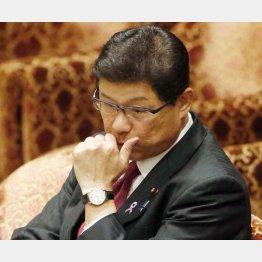 高木大臣の額には汗がにじんでいた