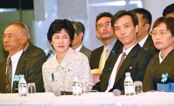 蓮池薫さん(右から2番目)は透さんの実弟(C)日刊ゲンダイ