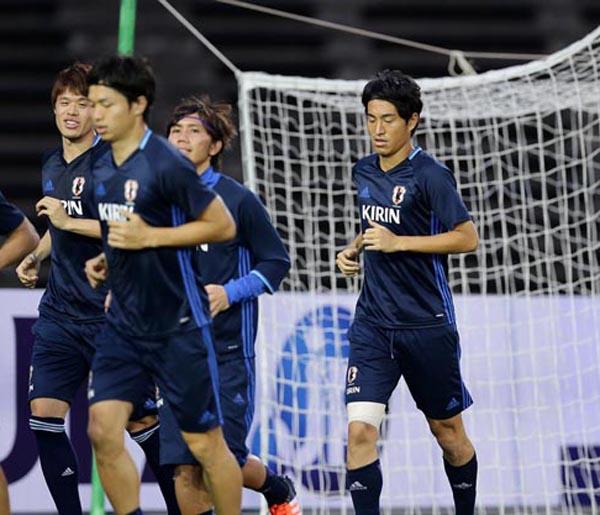 右太ももにテーピングをしてランニングする金崎(C)六川則夫/ラ・ストラーダ