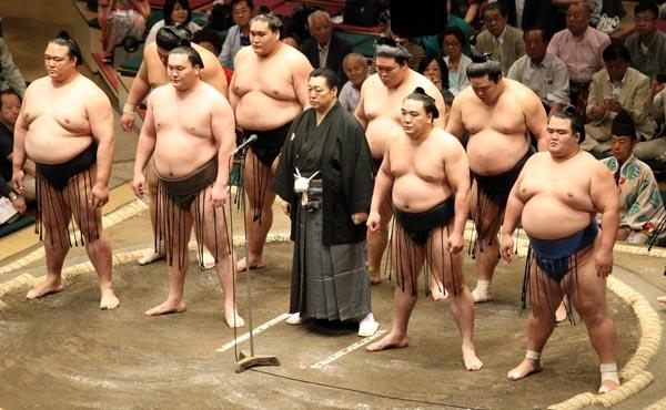 相撲業界は封建社会…(中央は北の湖理事長)/(C)日刊ゲンダイ