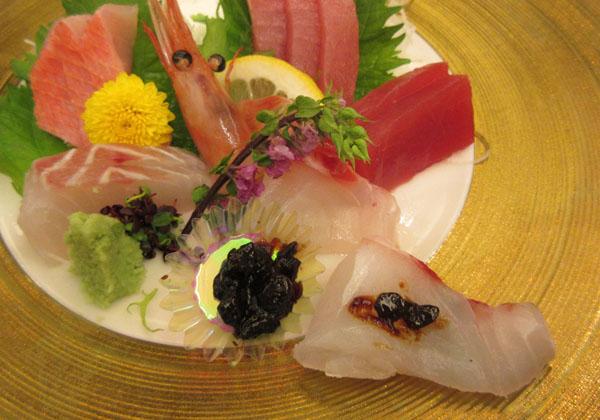 食事どころ「まいわい」の「厳選素材海鮮丼」(C)日刊ゲンダイ