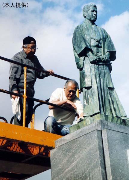 祖父・マキノ省三の銅像を兄貴(長門裕之)と2人で掃除(提供写真)