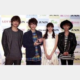 左から山本裕典、飯島寛騎、新川優愛、與真司郎(C)日刊ゲンダイ
