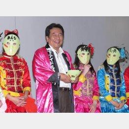 民主党の枝野幹事長 (左から2番目)と仮面女子(C)日刊ゲンダイ