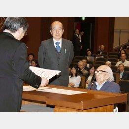 母校の卒業証書を80年目にして受け取った(C)日刊ゲンダイ
