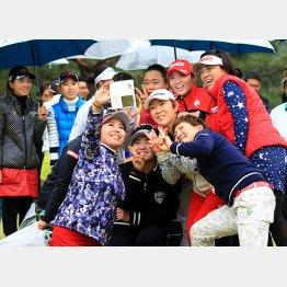 日本人選手は笑っている場合ではない(C)日刊ゲンダイ