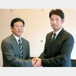 栗山監督(左)と握手する吉井コーチ(C)日刊ゲンダイ