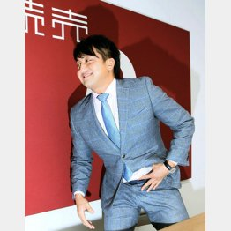 1億円で更改し、表情が緩む沢村(C)日刊ゲンダイ
