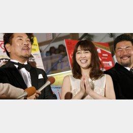 左から藤本敏史、安めぐみ、佐々木健介 (C)日刊ゲンダイ