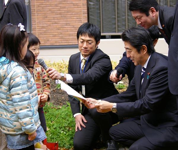 子供の貧困対策を寄付に頼る安倍首相(C)日刊ゲンダイ