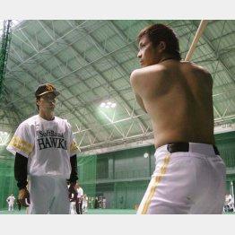 松田(右)に打撃指導する秋山監督(C)日刊ゲンダイ