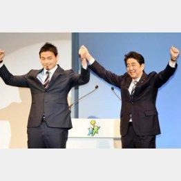 自民党の立党60年記念式典での五郎丸(左)と安倍首相(C)日刊ゲンダイ