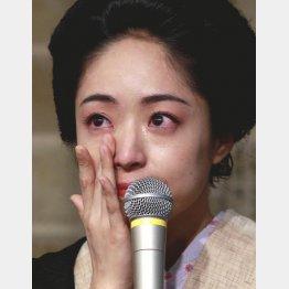 会見で涙を見せた井上真央(C)日刊ゲンダイ