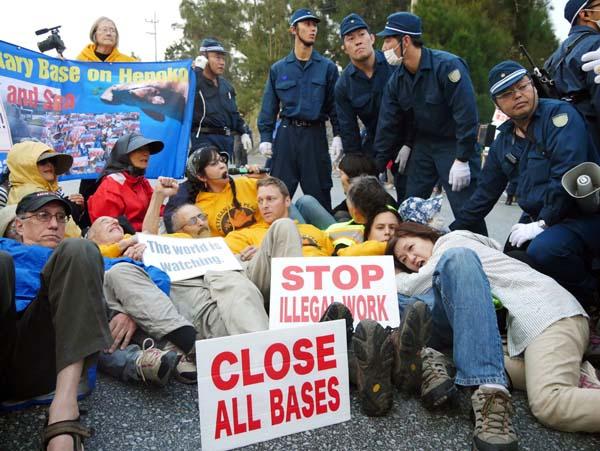 市民とともに路上に寝転んで抗議(提供写真)