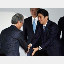 握手をする安倍首相(右)と榊原経団連会長(C)日刊ゲンダイ