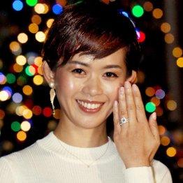 左手薬指に指輪がキラリ(C)日刊ゲンダイ