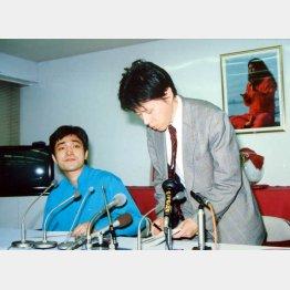 村井秀夫刺殺事件の翌朝の記者会見 (左)上祐史浩外報部長、(右)青山吉伸弁護士(C)日刊ゲンダイ