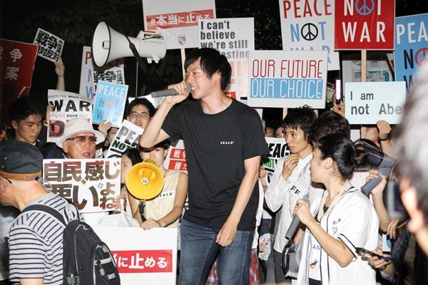 若者はどう動くか(SEALDsの国会前デモ)/(C)日刊ゲンダイ