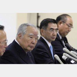 鈴木修会長(左)と長男の俊宏社長(C)日刊ゲンダイ