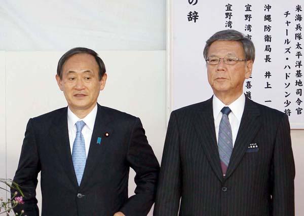 菅官房長官(左)と翁長知事(C)日刊ゲンダイ