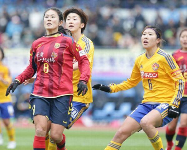 澤(左)とマッチアップする川村(右)(C )六川則夫/ラ・ストラーダ