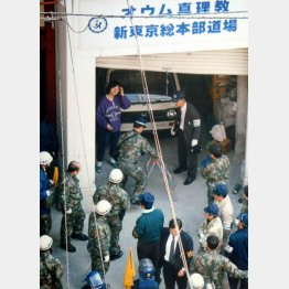 警察関係者らで騒然とするオウム道場(C)日刊ゲンダイ