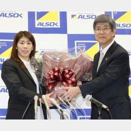 記者会見で花束を受け取る吉田(C)日刊ゲンダイ