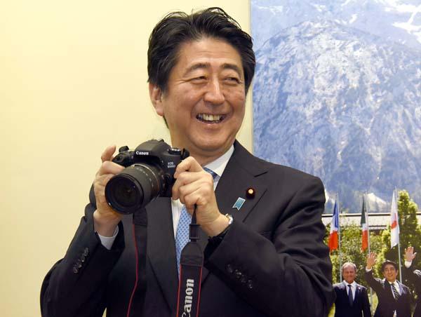 「報道写真展」ではご機嫌な安倍首相(C)日刊ゲンダイ