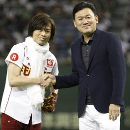 つんく♂と楽天三木谷オーナー(C)日刊ゲンダイ