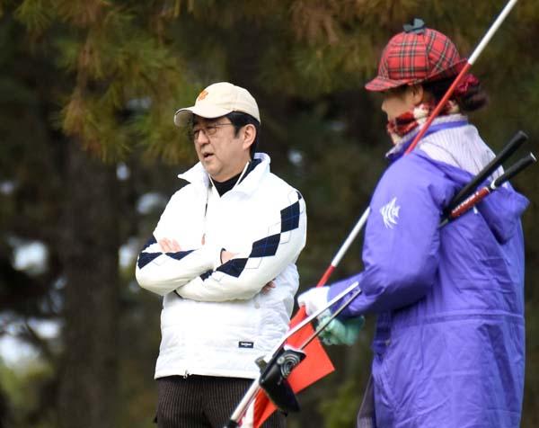 ノンキにゴルフに興じる安倍首相(C)日刊ゲンダイ