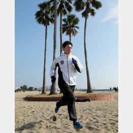 「懐かしかった」と砂浜を走る桜井(C)日刊ゲンダイ
