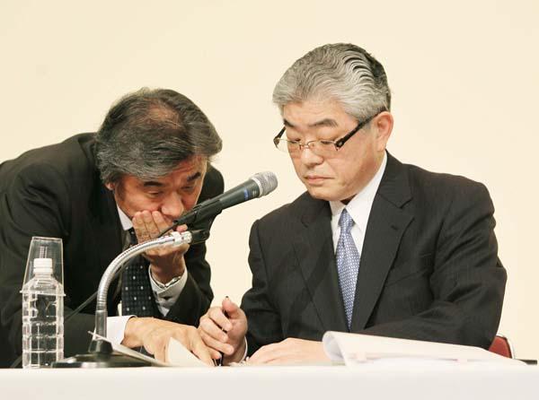 渡辺雅隆朝日新聞社長(右)(C)日刊ゲンダイ