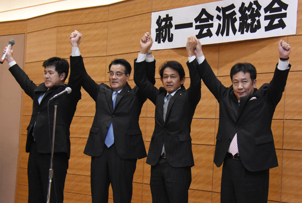 (左から)今井雅人幹事長、岡田克也代表、松野頼久代表、枝野幸男幹事長(C)日刊ゲンダイ