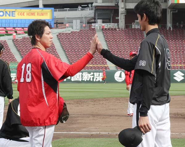 阪神藤浪(右)はマエケンに弟子入り(C)日刊ゲンダイ