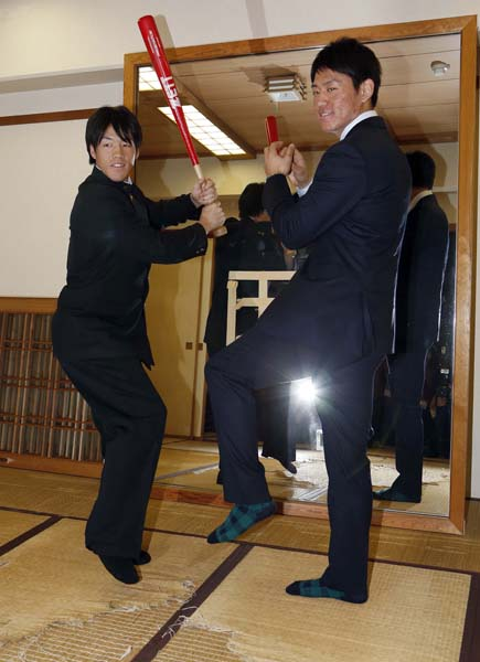 かつてはゴジラが素振りした部屋でバッを構える重信(右は1位の桜井)/(C)日刊ゲンダイ
