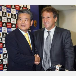 川淵会長(左)とジーコ(C)日刊ゲンダイ