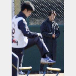 笑顔で新人の動きを見守った高橋監督(C)日刊ゲンダイ