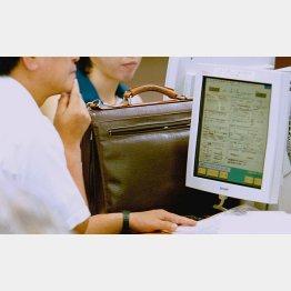 ハローワークで職を探す人たち(写真はイメージ)(C)日刊ゲンダイ
