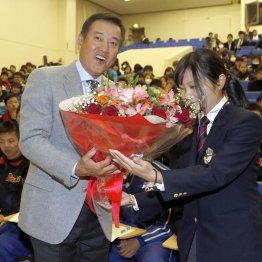 花束を贈られて笑顔の原前監督(C)日刊ゲンダイ