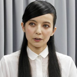 謝罪会見でのベッキー(C)日刊ゲンダイ