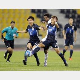 DF三竿(左)とサウジ選手を挟み込むMF井手口(右)(C)六川則夫/ラ・ストラーダ