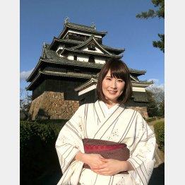 ちどり娘・渡辺さんと松江城(C)日刊ゲンダイ