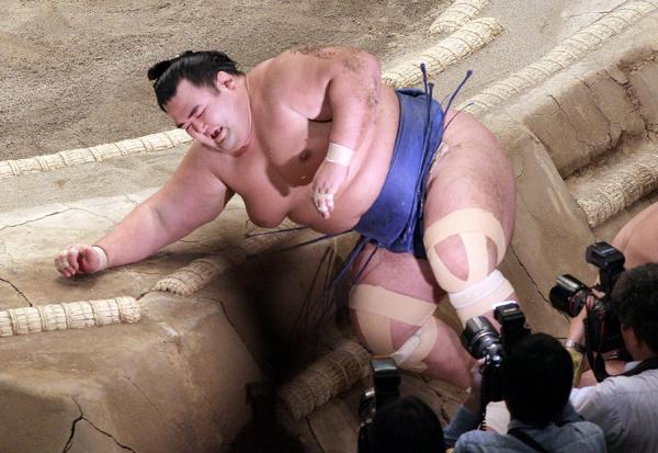 大一番で豊ノ島に敗れた琴奨菊(C)日刊ゲンダイ