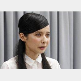 謝罪会見をするベッキー(C)日刊ゲンダイ