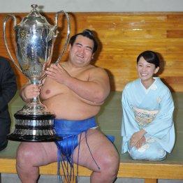 祐未夫人と一緒に笑顔の琴奨菊(C)日刊ゲンダイ