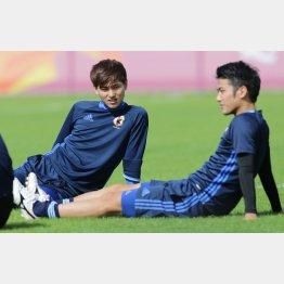 練習中にリラックスモードのMF南野(左)(C)六川則夫/ラ・ストラーダ