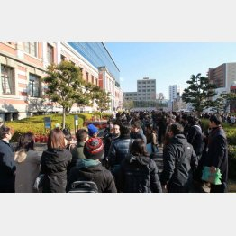 傍聴席を求めて並ぶ人の列(C)日刊ゲンダイ