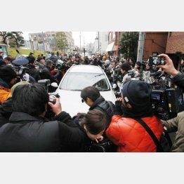 弁護士の車を囲む報道陣(C)日刊ゲンダイ